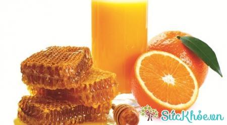 Chữa táo bón cho trẻ bằng mật ong, nước cam