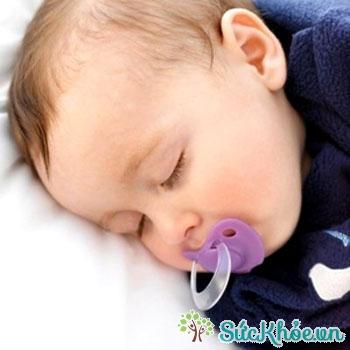 Trẻ mọc răng thường chảy nước miếng nhiều